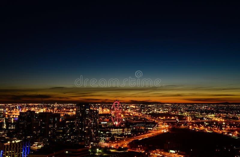 Costruzioni moderne della città nella notte fotografia stock libera da diritti