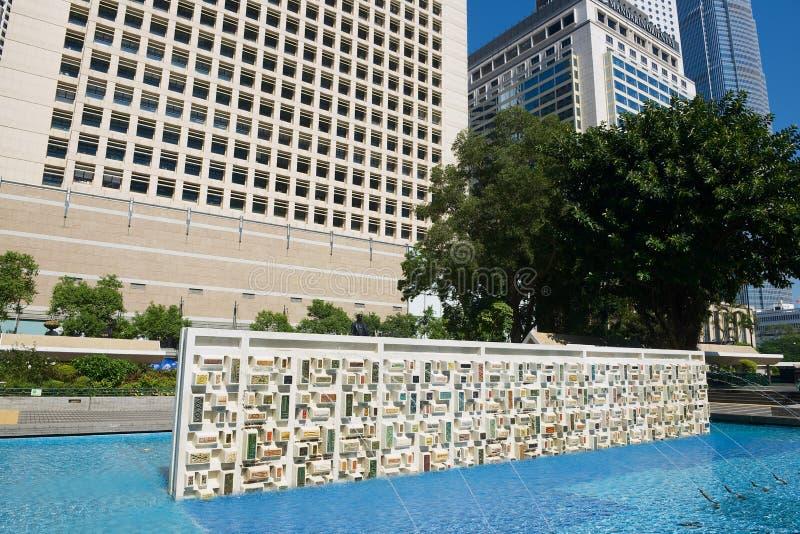 Costruzioni moderne di architettura con lo scrutinio e fontana in Hong Kong, Cina immagini stock