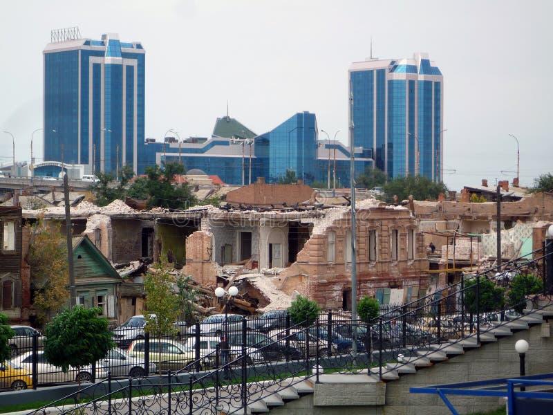 Costruzioni moderne e distrutte in Astrachan', Russia immagine stock