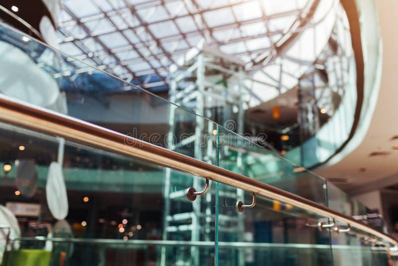 Costruzioni moderne Interior design del centro commerciale Architettura di alta tecnologia Primo piano del corrimano Tetto ed ele fotografia stock
