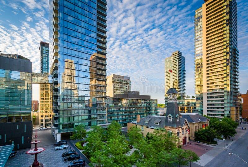 Costruzioni moderne lungo il viale di Yorkville nel Midtown Toronto, Onta immagine stock