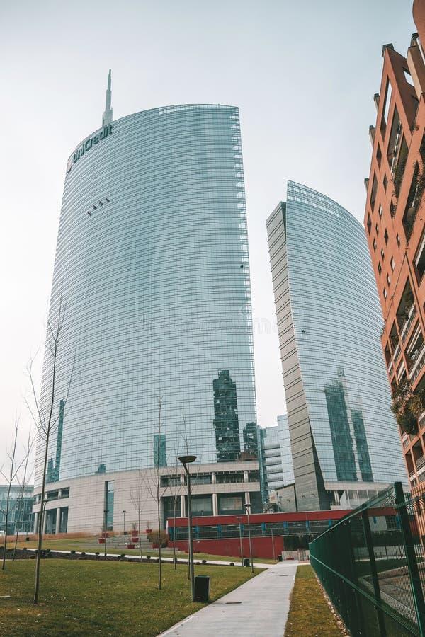 Costruzioni moderne nel quadrato di Gael Aulenti, Milano immagine stock