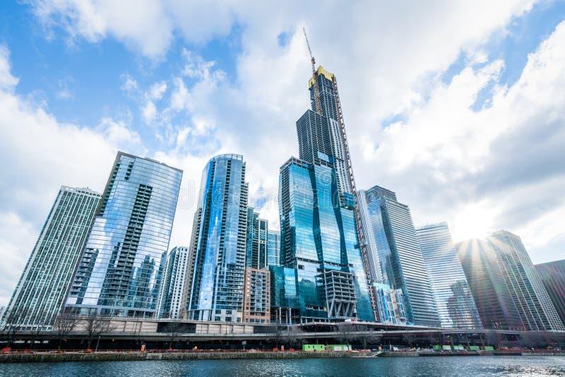 Costruzioni o grattacieli moderni della torre nel distretto aziendale, riflessione della nuvola il giorno soleggiato in Chicago,  fotografia stock libera da diritti