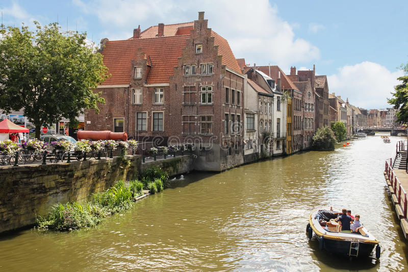 Costruzioni pittoresche lungo il fiume gand belgium immagini stock