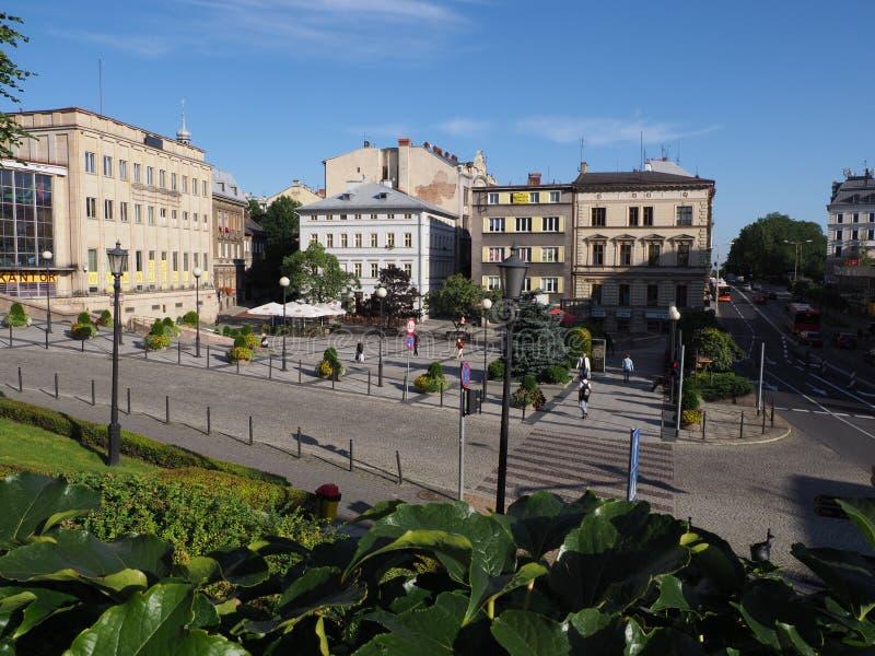 Costruzioni rappresentative al quadrato principale nel centro urbano storico di Bielsko-Biala in Polonia con le piante verdi immagini stock