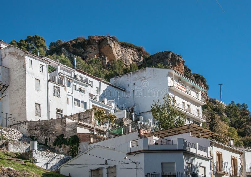 Costruzioni residental bianche ad una spalla di grande roccia fotografia stock