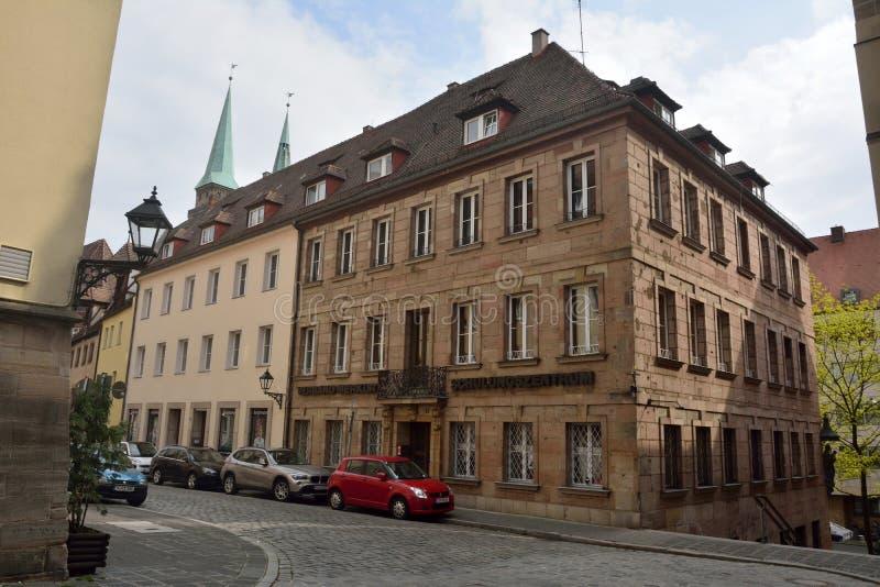 Costruzioni residenziali e commerciali lungo la via piena a Norimberga immagini stock libere da diritti