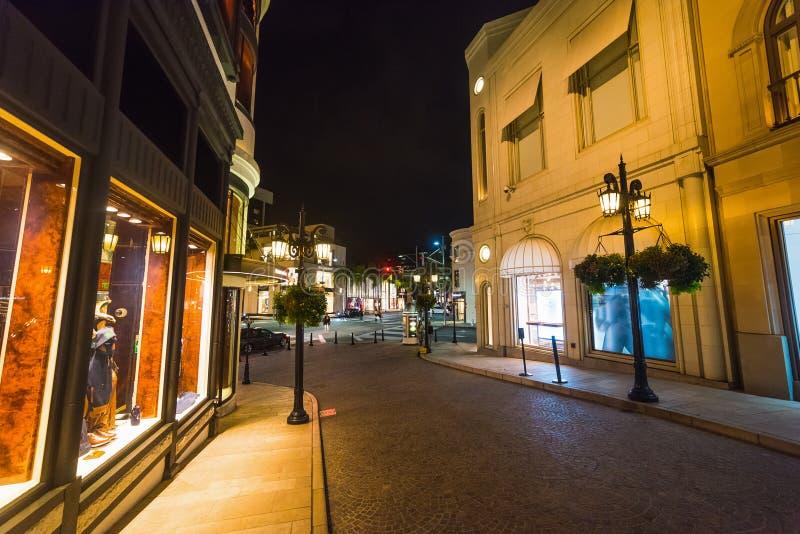 Costruzioni in Rodeo Drive alla notte immagini stock