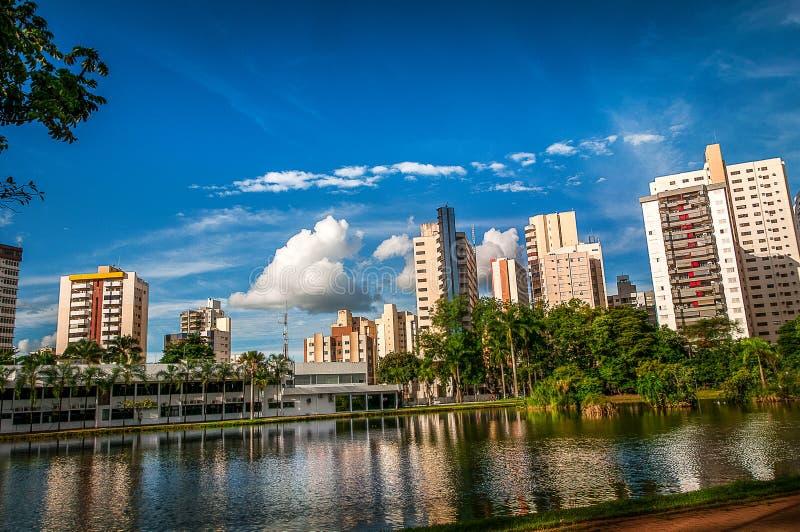 Costruzioni sotto il cielo blu fotografie stock libere da diritti