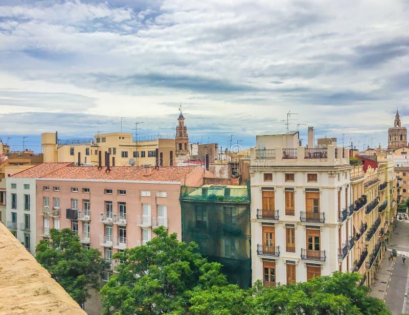 Costruzioni spagnole variopinte di vecchio stile con la vista della città immagine stock libera da diritti