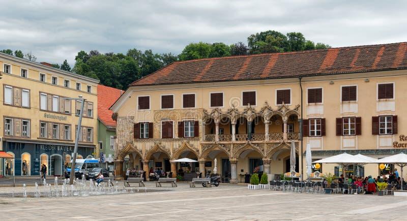 Costruzioni storiche nel quadrato principale Hauptplaz in Leoben, Stiria, Austria fotografia stock libera da diritti