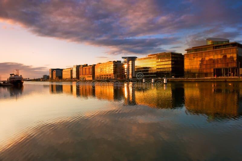 Costruzioni sul fiume Liffey a Dublino, Irlanda fotografia stock