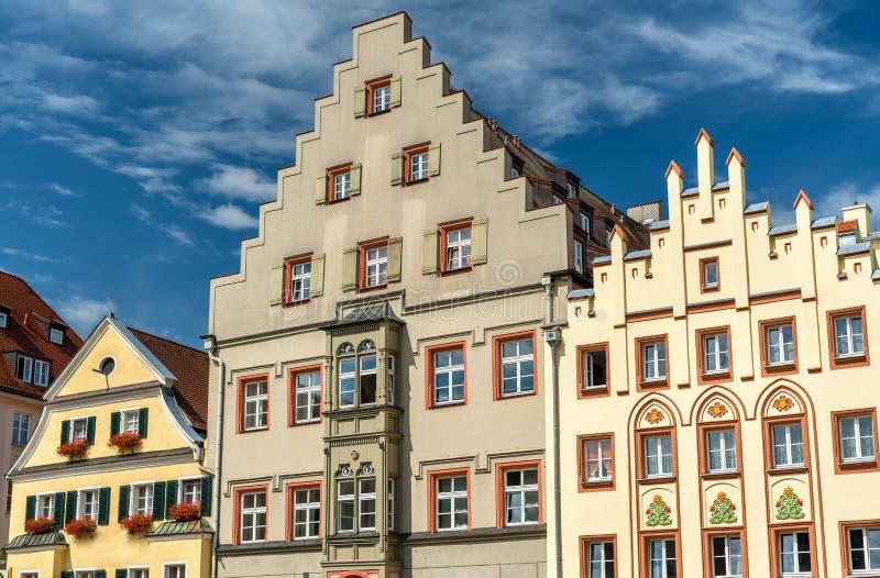 Costruzioni sul quadrato di Arnulfsplatz in Città Vecchia di Regensburg, Germania fotografie stock libere da diritti