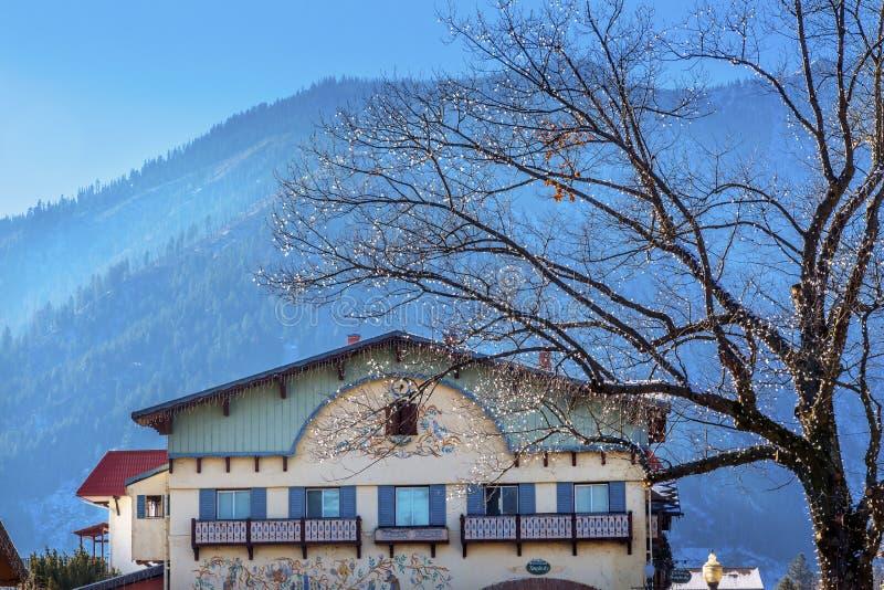 Costruzioni tedesche Leavenworth Washington della neve delle montagne di inverno fotografia stock libera da diritti