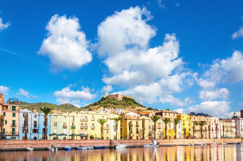 Costruzioni variopinte bello Bosa su un fondo di cielo blu, Sardegna immagini stock libere da diritti
