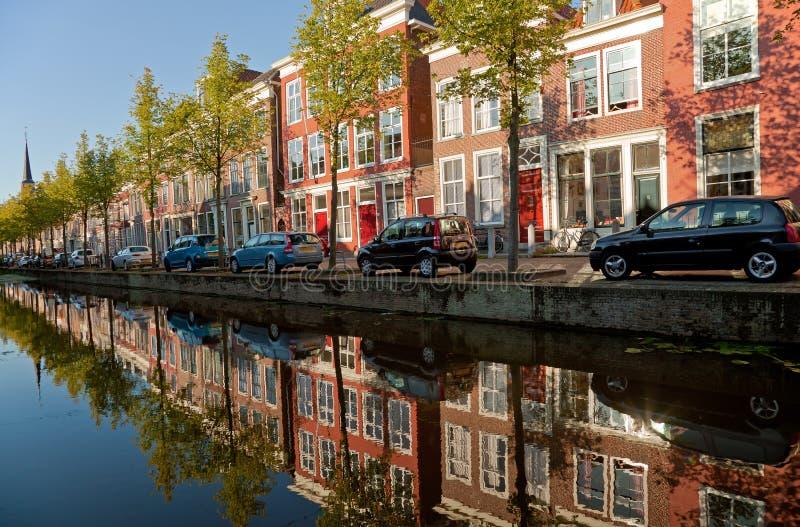 Costruzioni variopinte di Delft e della loro riflessione in canale fotografia stock