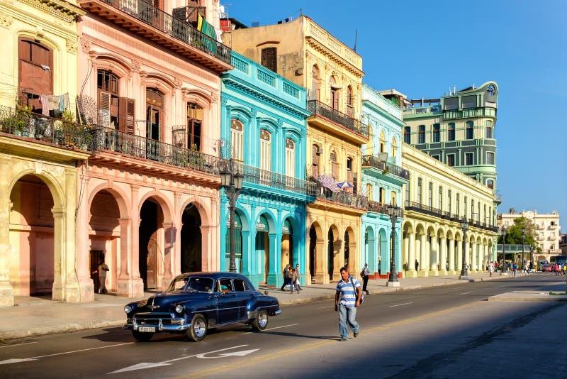 Costruzioni variopinte e vecchia automobile americana a Avana fotografie stock