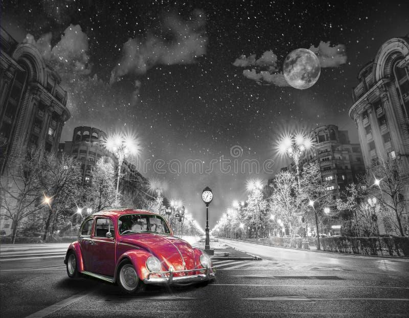 Costruzioni variopinte inoltre belle per l'automobile classica della città royalty illustrazione gratis