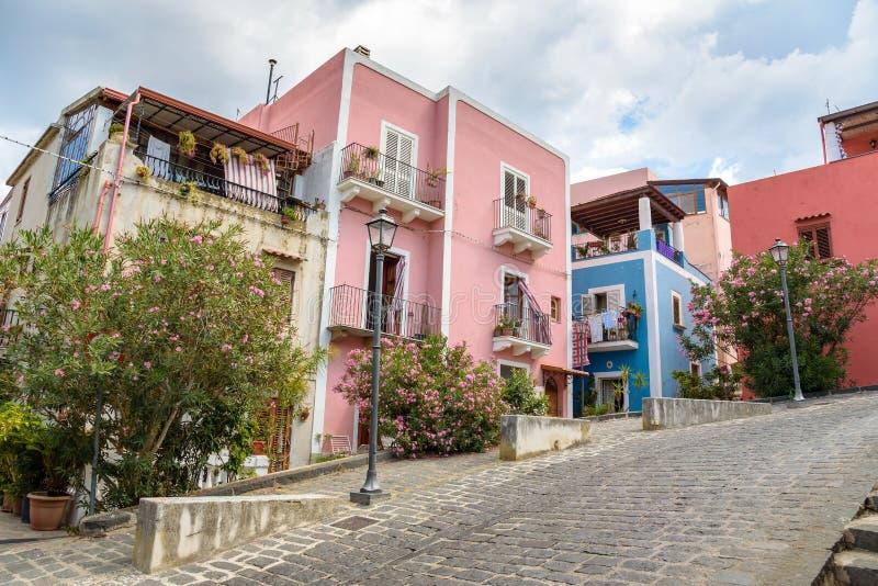Costruzioni variopinte nella città di Lipari immagini stock
