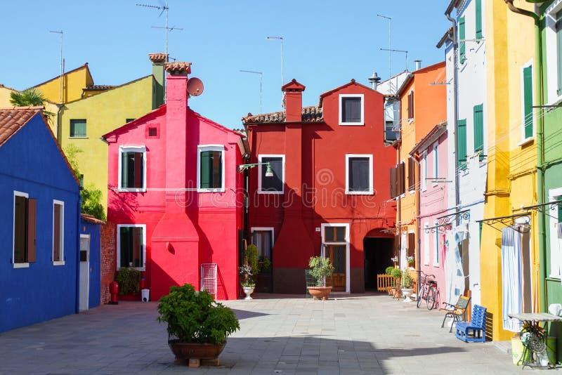 Costruzioni variopinte a punto di riferimento di Venezia, isola di Burano, Italia immagine stock