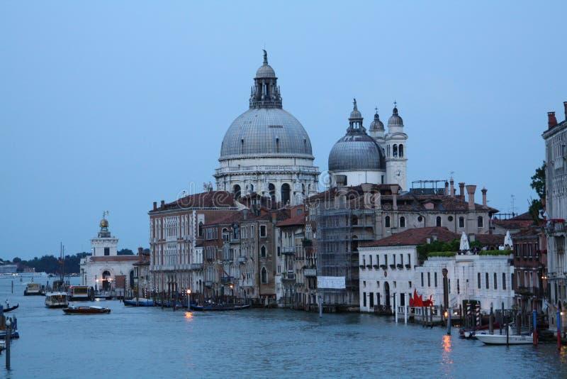 Costruzioni a Venezia al crepuscolo sul mare adriatico immagini stock libere da diritti