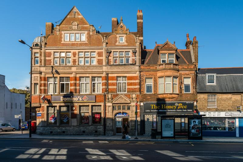 Costruzioni in via principale, Barnet, Londra fotografie stock libere da diritti