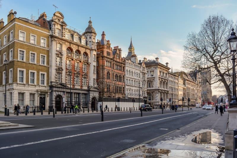 Costruzioni vittoriane nella via del Parlamento a Londra fotografie stock libere da diritti