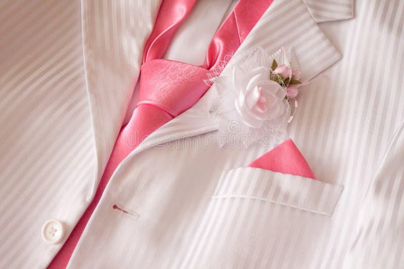 Costume con la cravatta e l'occhiello rosa fotografie stock libere da diritti