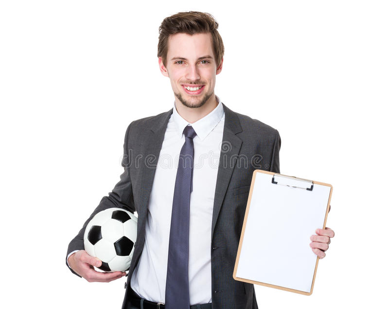 Costume d'homme et ballon de football de port de se tenir photographie stock