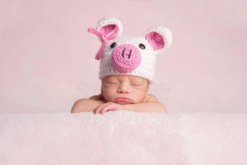 Costume d'uso del porcellino della ragazza di neonato immagine stock libera da diritti