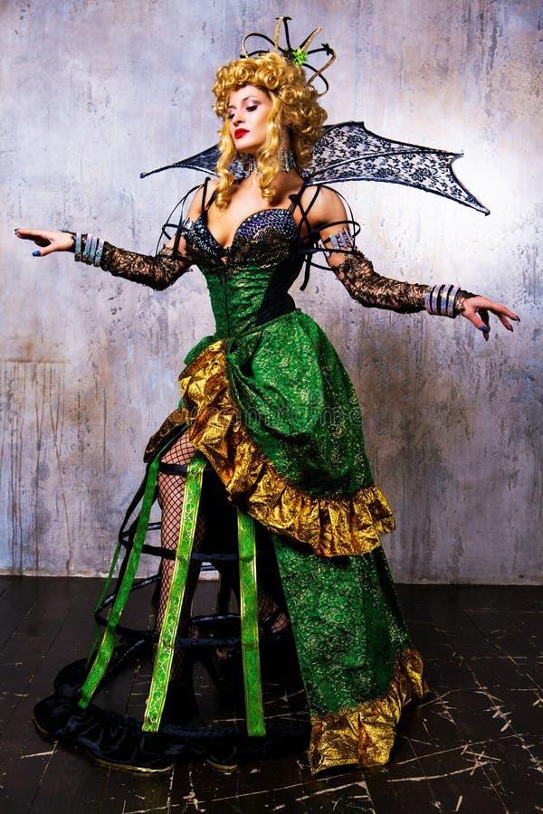 Costume d'uso di modello di Halloween di una regina fotografia stock libera da diritti