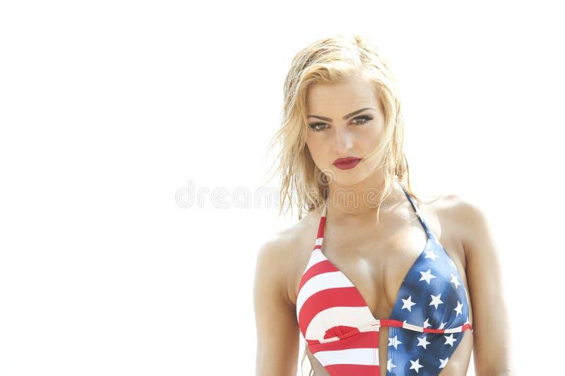 Costume da bagno d'uso biondo della bandiera americana fotografia stock libera da diritti