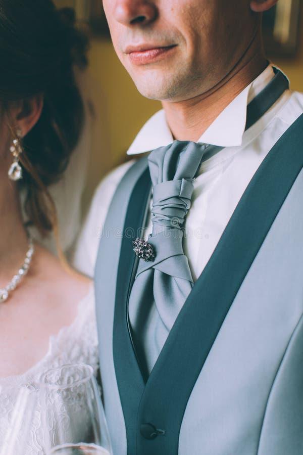 Costume de bleu marine pour les hommes, un mariage ou le bal d'étudiants, gilet, chemise photos libres de droits