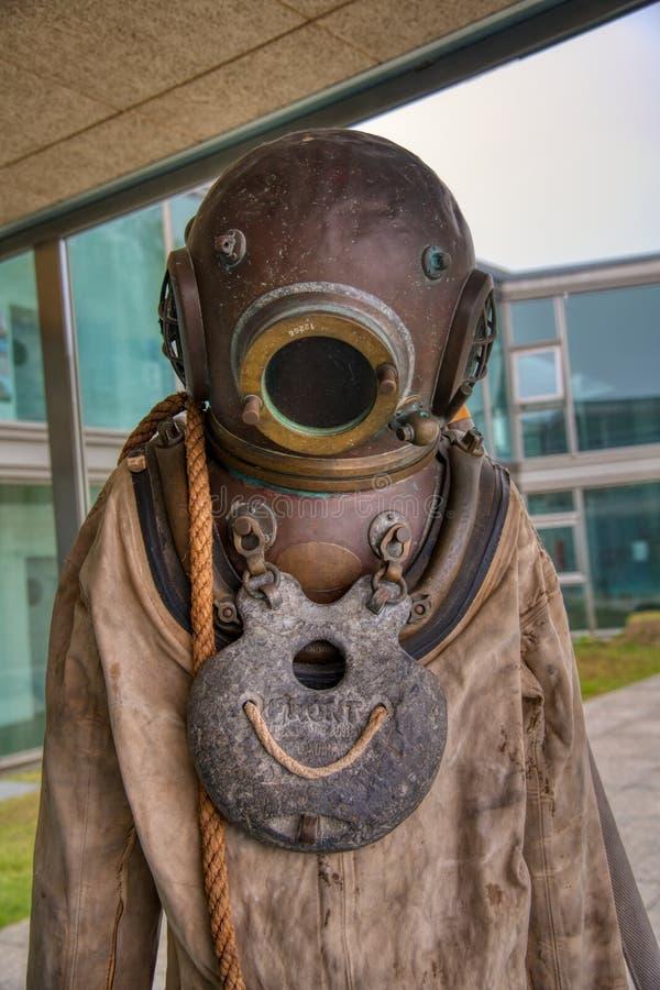 Costume de plongée profonde Vieux plongeur Vieille antiquité, costume de plongée de depp-mer un casque en laiton photographie stock