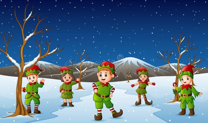 Costume de port d'elfe d'enfant heureux dans la colline de chute de neige illustration libre de droits