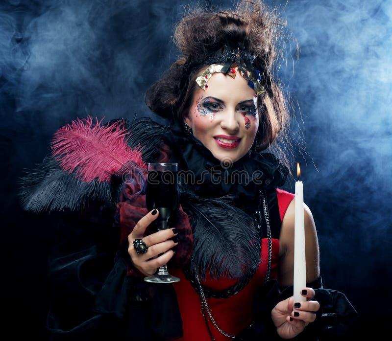 Costume de port de carnaval de jeune femme tenant une bougie photos stock