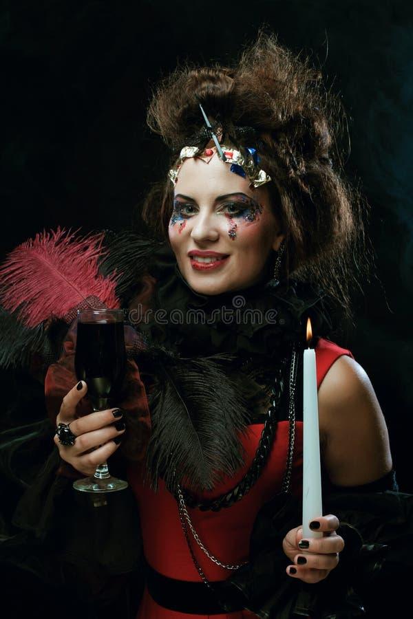 Costume de port de carnaval de jeune femme tenant une bougie photos libres de droits