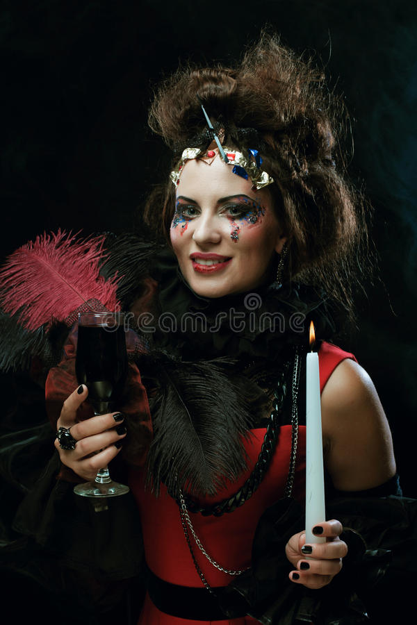 Costume de port de carnaval de jeune femme tenant une bougie image stock