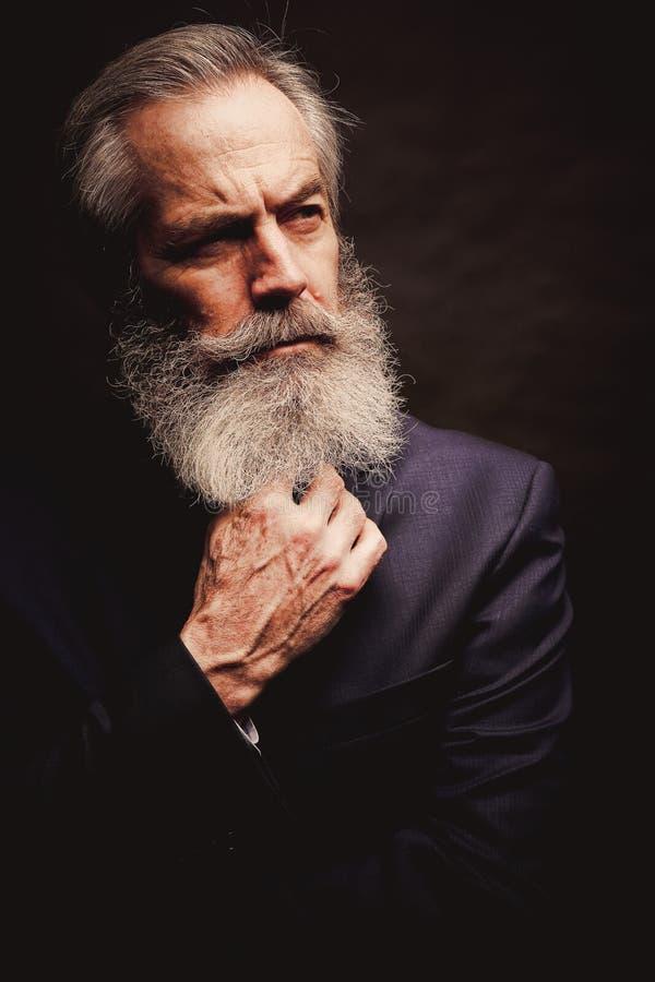 Costume de port modèle masculin mûr avec la coiffure grise et la barbe image libre de droits