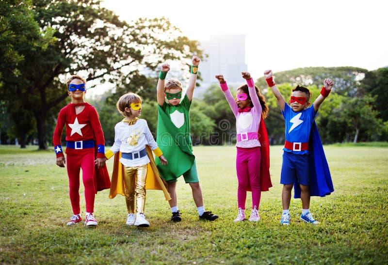 Costume de super héros d'usage d'enfants dehors images stock