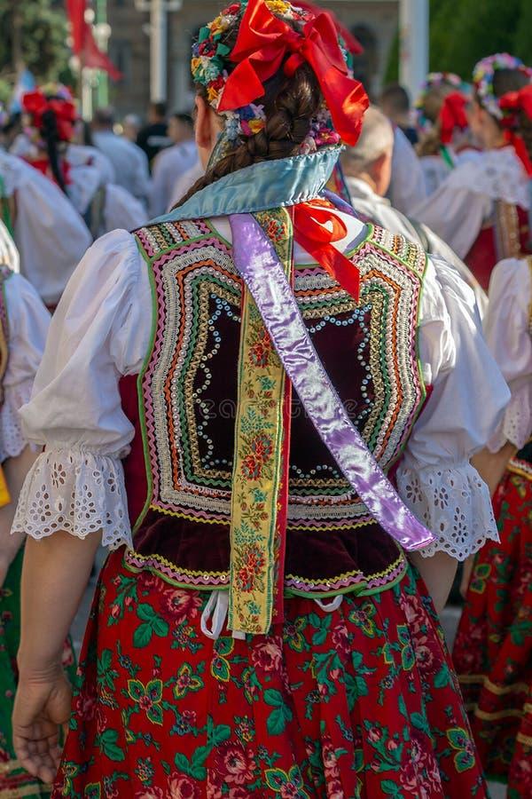 Costume folklorique polonais pour la femme avec la broderie colorée multi image stock