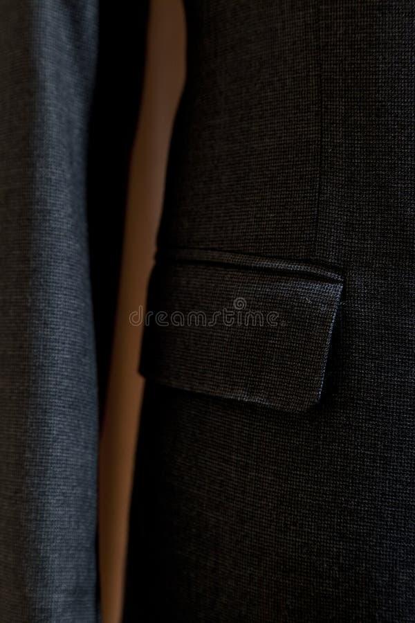 Costume gris avec le lien modelé par rouge photographie stock libre de droits