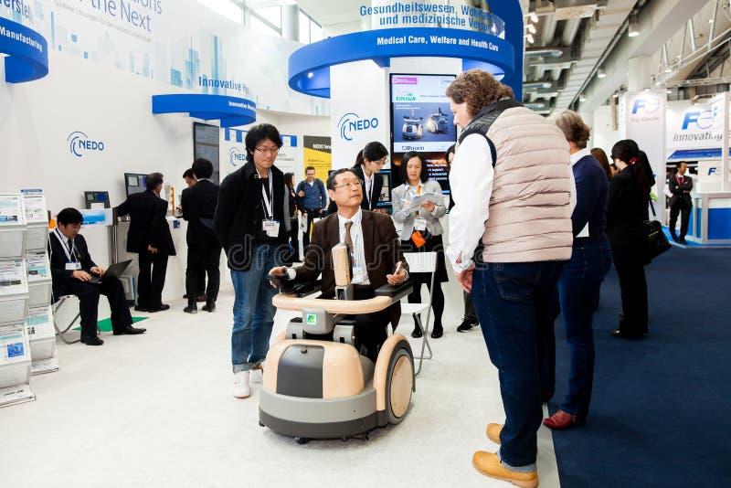 Costume HAL de robot de Cyberdyne pour fournir à des traitements médicaux pour l'amélioration fonctionnelle des patients cérébral image stock