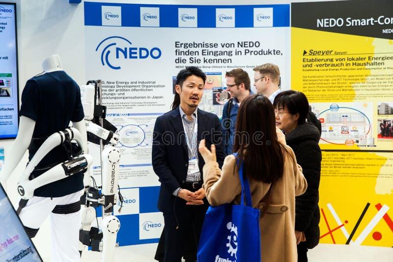 Costume HAL de robot de Cyberdyne pour fournir à des traitements médicaux pour l'amélioration fonctionnelle des patients cérébral photos libres de droits