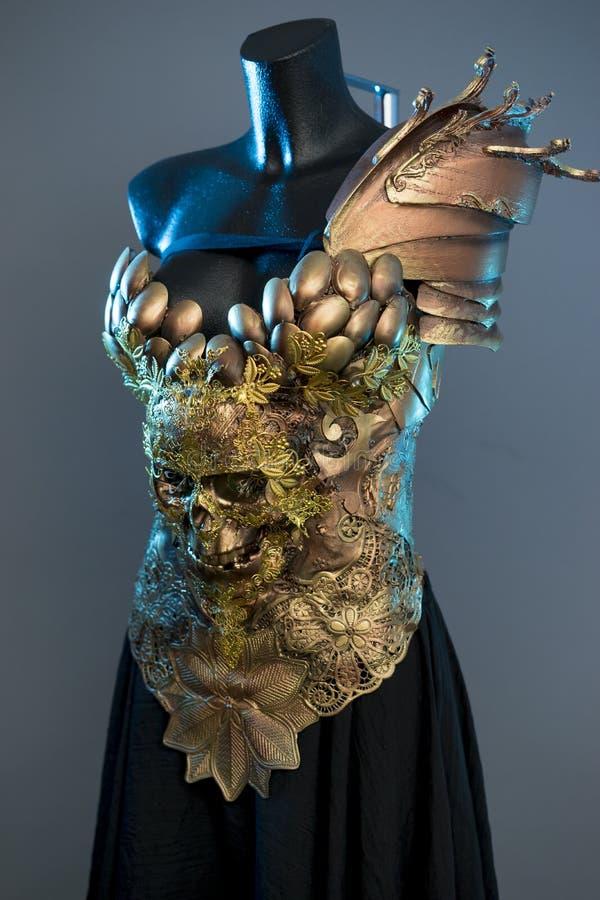 Costume il modello di moda Dress, progettazione gotica dell'oro con skul dorato fotografia stock
