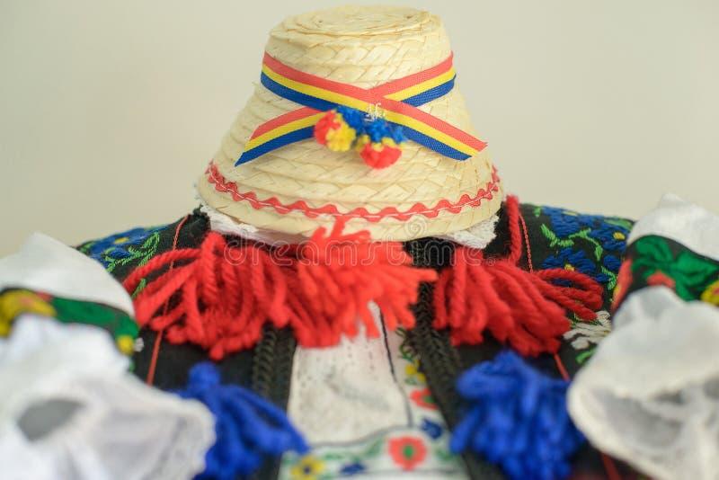Costume maschio tradizionale rumeno con il cappello decorato della blusa o della camicia e di paglia con tricolore, specifico all fotografie stock libere da diritti