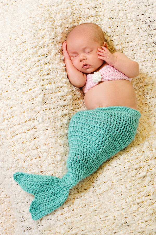 Costume Mermaid Newborn ребёнка нося стоковые фотографии rf
