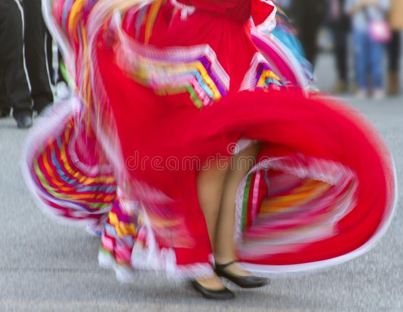 Costume messicano rosso di turbine del vestito da ballo immagine stock libera da diritti