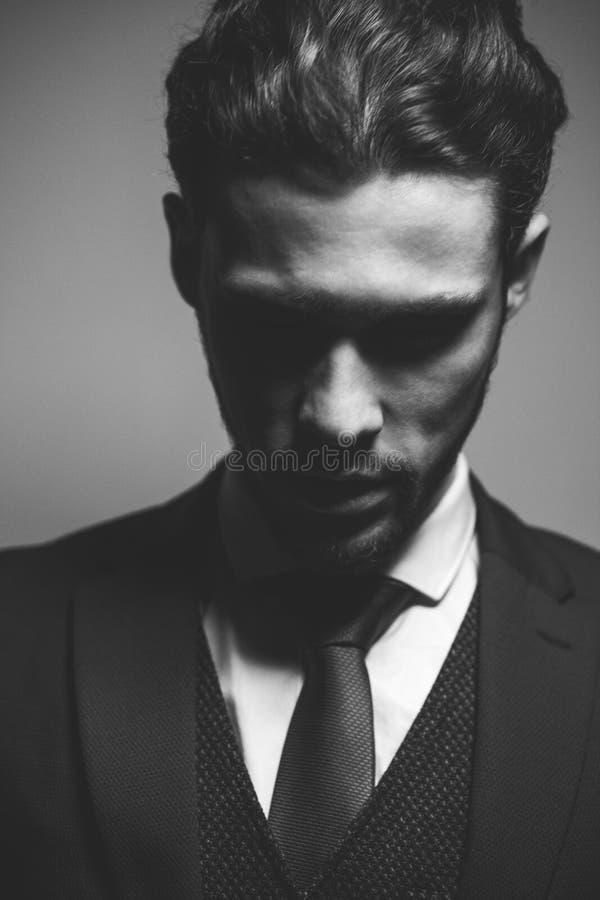 Costume modèle masculin d'usage de portrait de beauté sérieuse belle de mode photographie stock libre de droits