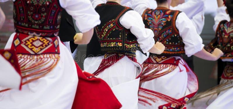 Costume national de fille roumaine sur des danseurs exécutant sur l'étape images stock
